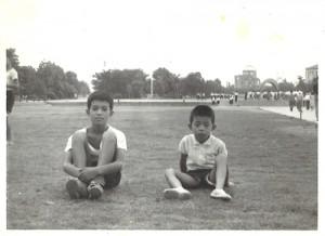 「1200円の愛機」で小学校3年生当時広島で撮影した写真。私の従兄(左)と弟。
