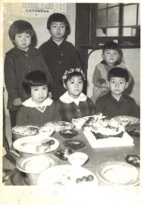 私の初代写真の師匠「吉田写真館の親爺」さん撮影の幼い日の勘太郎。美女に囲まれて緊張の図。(前髪がシャープでしょ)