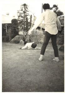 悪い従兄に苛め抜かれる弟の姿を冷酷にも平然と撮り続けた勘太郎の報道カメラマン魂