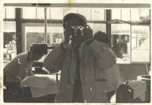 コニカⅢA購入がよほど嬉しかったとみえて、床屋の鏡に映る己の姿を撮影して喜ぶ若き日の親父