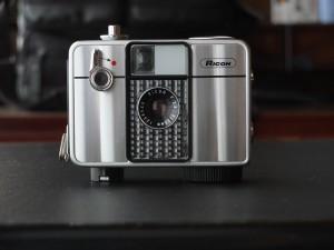 「リコーオートハーフSE」実はこのカメラ、真の2代目(S)ではなく、10年程前に中古カメラ店@新橋で見つけ、懐かしさのあまり購入したもの(SE)。真の2代目もまた初代愛機同様行方不明となってしまっている。(ゴメンナサイ)