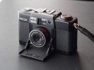 レンズはリケノン35m f2.8 蓋を開けるとレンズが飛び出す、ミノックス35型と同じ感動的メカニズム。