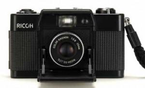 3代目の愛機「FF-1」。当然修理をし、使えるようにはなったが、弟嫁がカメラが欲しいと言ったので、あげてしまった(できれば返してほしいのだが、言えなかった)。「FF-1S」には、対物レンズの横に小窓があり、[FF-1S]の文字が。