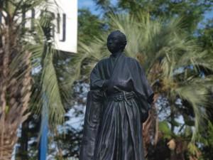 A社本社の前庭で今日も安全操業を見守る、親父へのお土産、坂本龍馬像